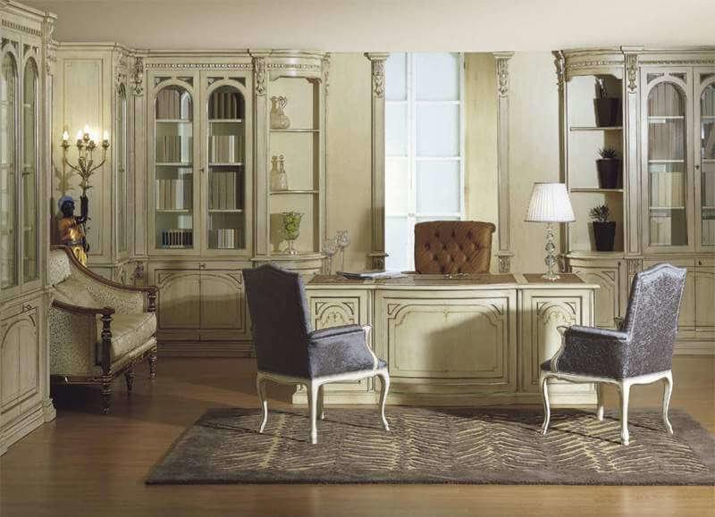 Классический светлый домашний кабинет