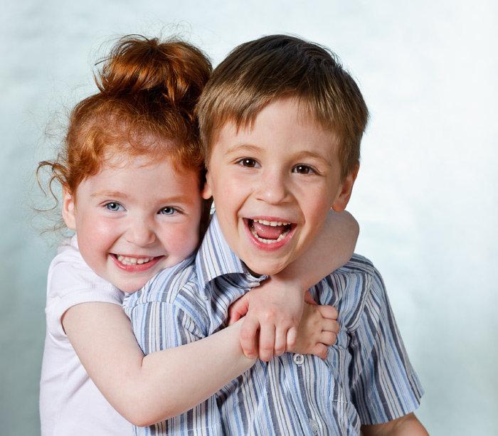 Открытками, картинка с двумя девочками и одним мальчиком