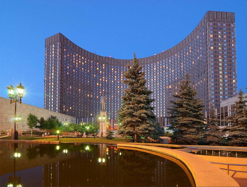 В Москве достаточно много гостиниц, но стоит спросить любого россиянина, какие он знает гостиницы Москвы, то наверняка первой в перечне будет гостиница Космос. Эта гостиница является символом столицы