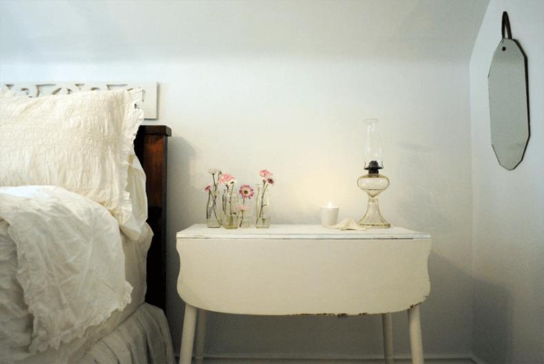 Свеча и керосиновая лампа - прекрасный выбор освещения для спальни