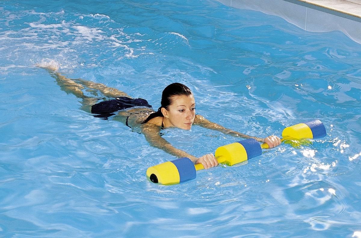 Не увеличивает) мышцы, как наивно полагают многие людишки даже, несмотря на то, что плавание является базовым многосуставным упражнением (т.е.
