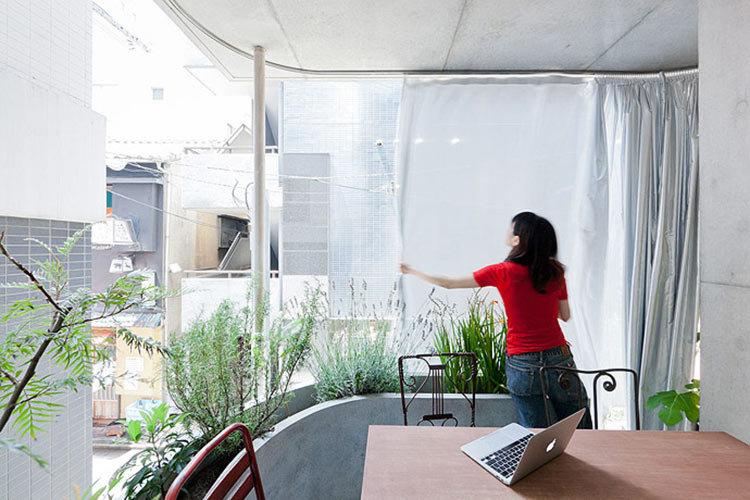 Дом-сад без стен вызвал огромный интерес. На его примере видно, что даже 4 метров в ширину достаточно, чтобы привнести природу в дом, не испытывая при этом чувства клаустрофобии.