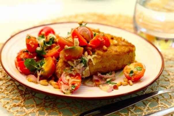 Жареный панированный тунец с салатом