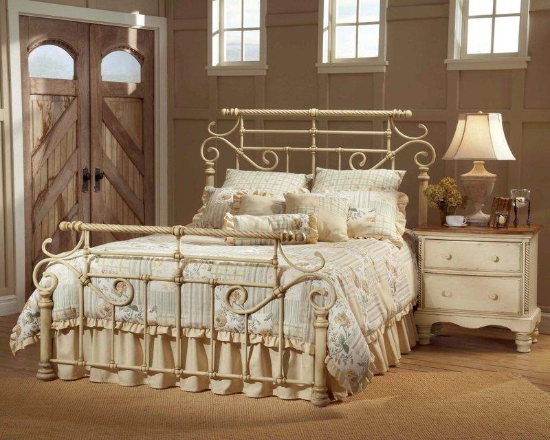 Светлая кованая кровать в комнате кантри.