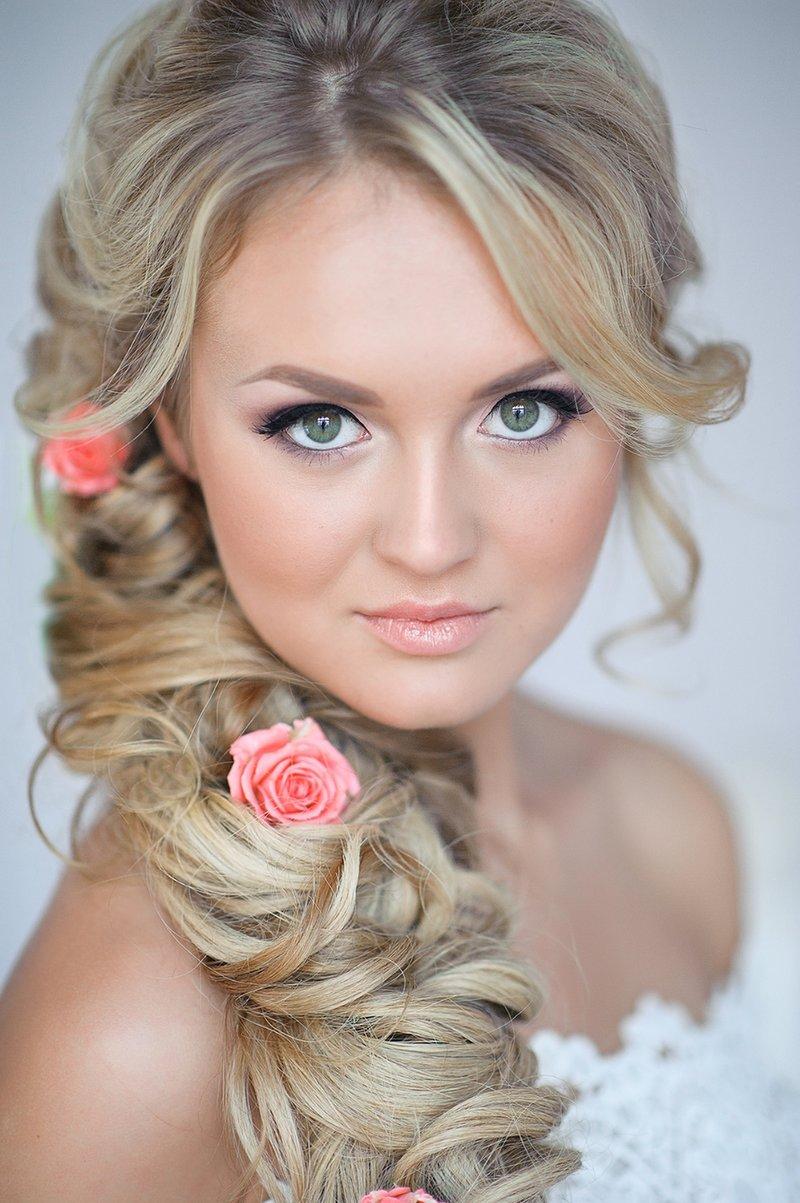 Свадебная прическа с нежными цветами