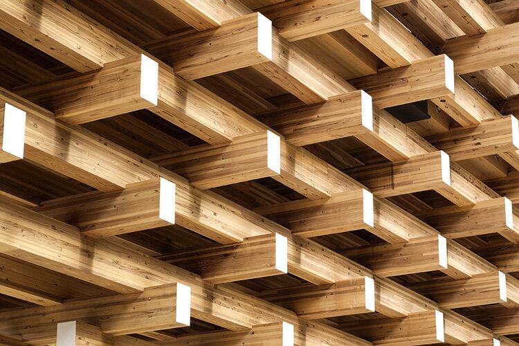 Деревянные балки образуют консольную структуру, которая часто применяется в традиционной архитектуре Японии.