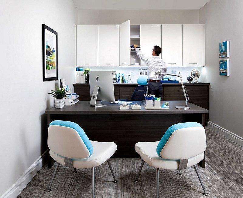 Домашний кабинет в белом цвете с настольной лампой, как дополнительное освещение