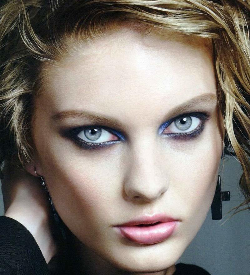 С помощью макияжа Ваши глаза могут играть разными оттенками, все зависит от того, какой цвет теней Вы выберете. WoWLooK предлагает рассмотреть варианты макияжа для обладательниц серых глаз. Серые глаза одни из самых уникальных. Дело в том, что серый цвет — нейтральный и его легче всего обыграть разными оттенками и, тем самым, менять их цвет. 1. Чтобы Ваши глаза остались глубокого серого цвета, выбирайте тени с серебром. Также Ваш цвет подчеркнут мерцающие темно-синие тени. 2. Если вы хотите чтобы Ваши серые глаза стали более голубыми, используйте золотистый, бронзовый, песочный оттенки на верхнее веко, а вдоль роста нижних ресничек —коричневые или темно-синие тени или карандаш. 3.Если Вы хотите придать серым глазам бирюзы, Вам помогут тени оттенка темного-шоколада или цвета индиго. Самое главное — нанесите на нижнее веко бирюзовый или зеленый оттенок, будь то тени или карандаш. 4. Если Вы хотите сделать цвет глаз темнее, то необходимо использовать матовые тени пастельных тонов. Это могут бежевые, светло-серые и, даже, бледно-розовые оттенки. 5. WoWLooK не советует использовать в макияже для серых глаз следующие оттенки: ярко-розовый, оранжевый и серый цвет, который совпадает с цветом Ваши глаз. С такими цветами Ваши глаза будут иметь болезненный, уставший вид. Всегда выбирайте правильные оттенки под свой цвет, не забывайте учитывать цвет волос и оттенок кожи. Будьте красивы вместе с WoWLooK