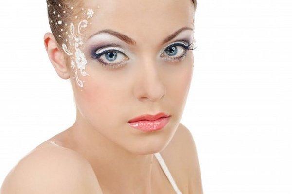 Красивый и яркий свадебный макияж с элементом боди-арта