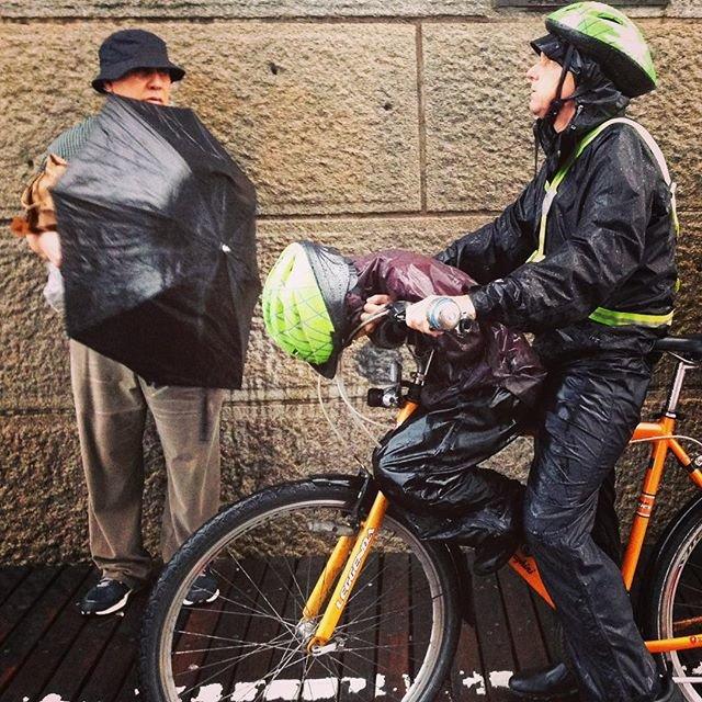 Heavy rain caught us on the Brooklyn Bridge. The rain was so strong that even  umbrellas and special capes did not help. In anticipation of the end of the rain, a boy fell asleep on father's bike.  Сильнейший ливень застал у нас на Бруклинском мосту. Дождь был настолько сильный, что даже зонты и специальные накидки не помогали. В ожидании окончания дождя какой-то мальчик заснул прямо на папином велосипеде. #NewYork #New_York #bridge #Brooklyn #rain #bike #USA #Бруклин #Нью_Йорк #США #дождь #велосипед