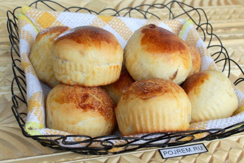 Бриоши – это сдобные пышные булочки из нежного дрожжевого теста.