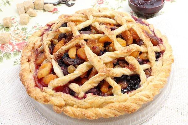 Слоеный пирог с ягодами и сухофруктами