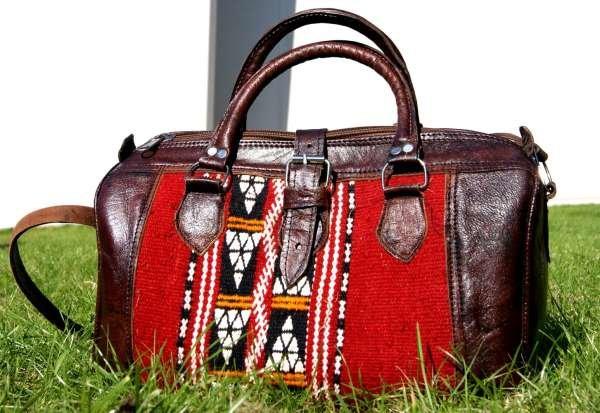Красивая кожаная сумка.  темно-шоколадного цвета, а красочные нарезным узором бросает в каком-то берберском