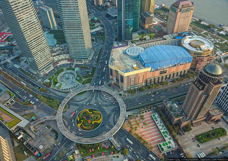 Выстроенный не так давно круглый пешеходный мост в центре Шанхая стал новой архитектурной достопримечательностью. Пешеходный мост благодаря своей неординарной форме очень функционален. Он построен для того, чтобы «разгрузить» пешеходные переходы.