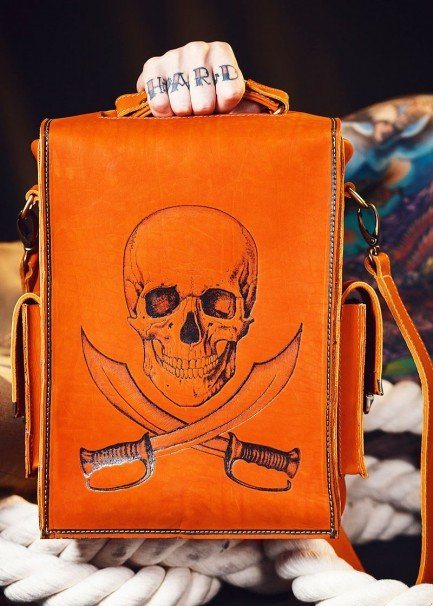 Удобная и стильная мужская сумка-портфель с ремнём ручной работы из кожи, с выжженым вручную рисунком Пираты №2 от бренда Доминатор