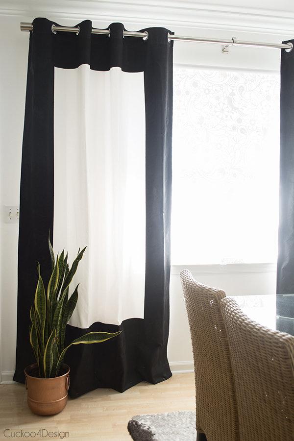 Белые шторы, широкий черный контур