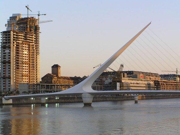 Мост женщины в районе Пуэрто-Мадеро Буэнос-Айреса, Аргентина.