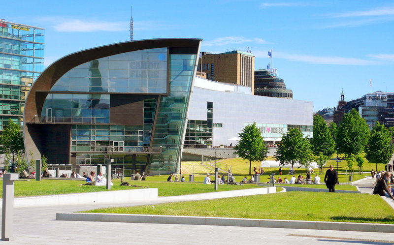 Музей «Киасма» Музей современного искусства «Киасма» займет вас на час. Буквально рядом с железнодорожным вокзалом вы увидите современное белое здание. Снаружи оно не поражает оригинальностью, а вот внутри… Туда надо обязательно сходить, чтобы найти что-то свое. А в следующий приезд в Хельсинки там снова найдется чем вас удивить – это же музей актуального искусства с постоянной сменой экспозиции!