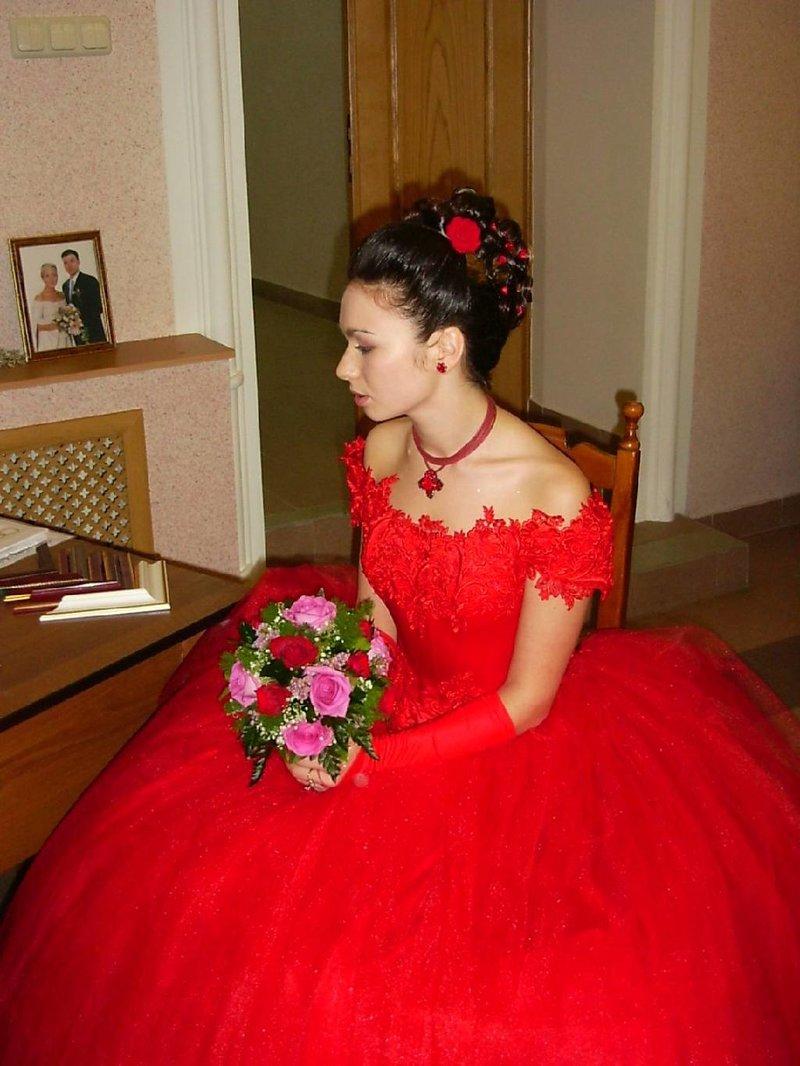 Невесты в красном платье