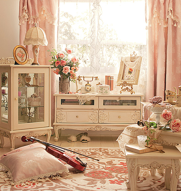На фото элегантные пастельные шторы в стиле шебби шик с драпировками и бахромой.