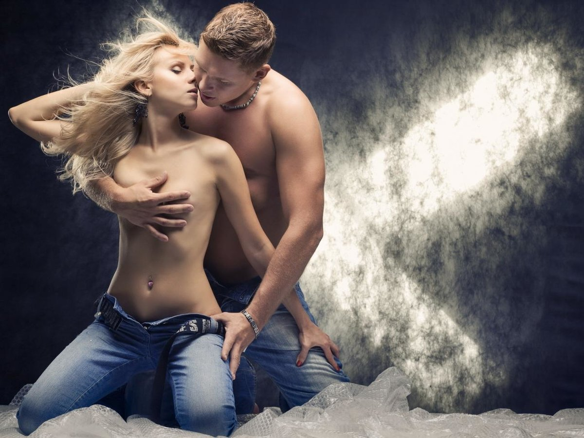 seksi-foto-paren-s-devushkoy-foto-s-russkih-korporativov