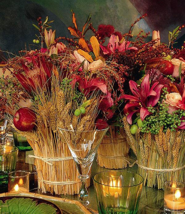 Пока еще идет сентябрь, не упустите возможность сделать несколько букетов с живыми цветами из вашего сада. Для придания особого осеннего колорита, добавим к ним зрелых колосков, оранжевых и желтых листьев, красных яблок и спелых ягод. В нашей полосе для осенних букетов подойдут ветки облепихи, барбариса, шиповника, калины, бузины, рябины (в т.ч. и черноплодной), дикого винограда.