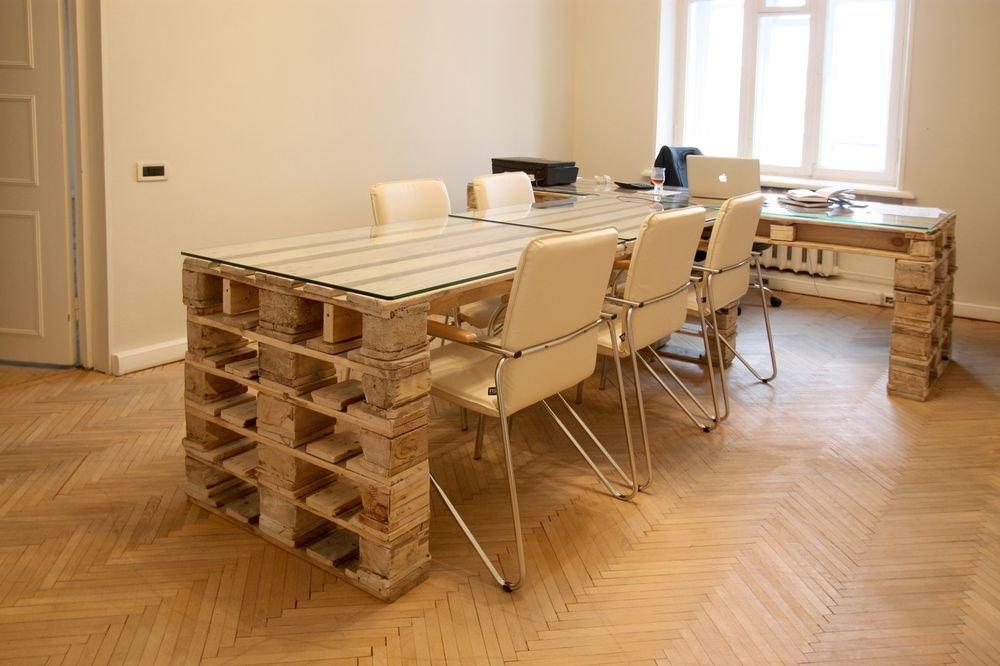 Простой стол для компьютера с полкой