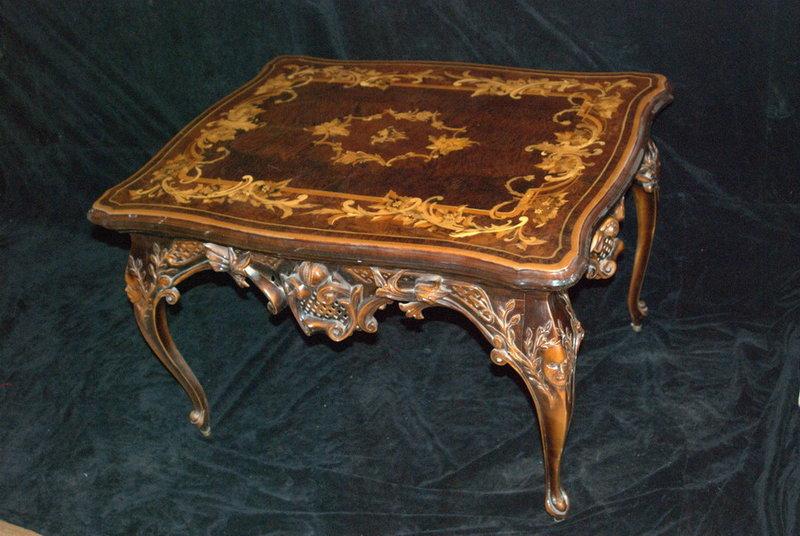 Тяжелая мебель массивных форм из красного дерева с гладкими полированными деревянными поверхностями, инкрустированная позолотой и художественной резьбой.