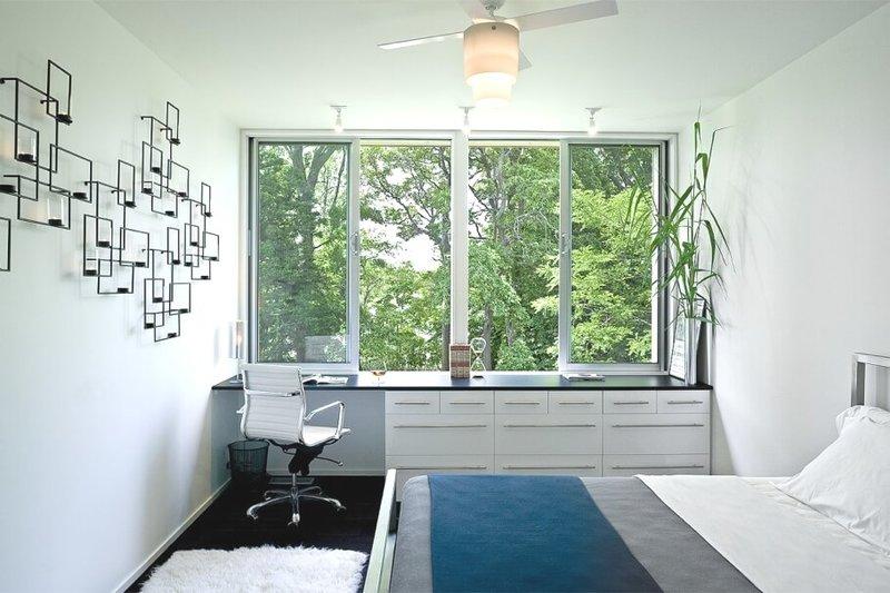 Узкая спальня с панорамным окном