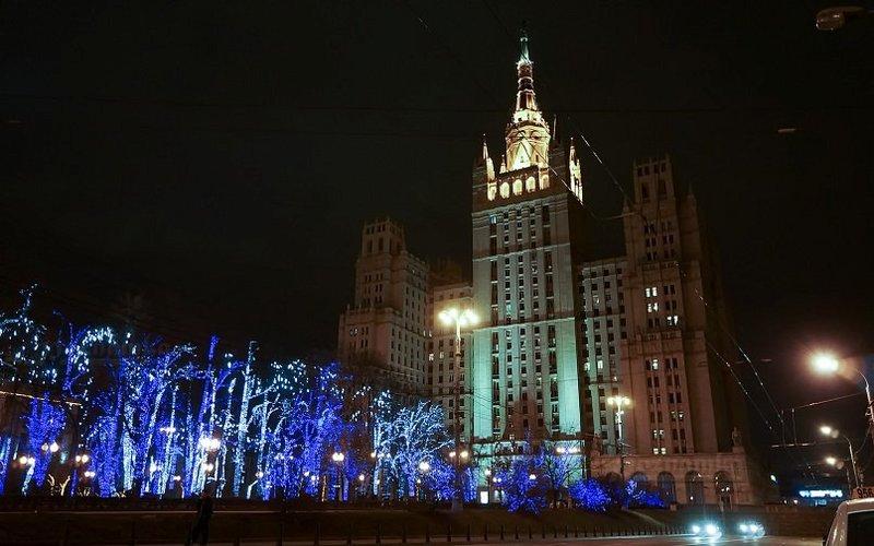 Находясь в Москве, нельзя не обратить внимание на семь необычных высоток, которые украшают (а, по другому мнению, уродуют) город.