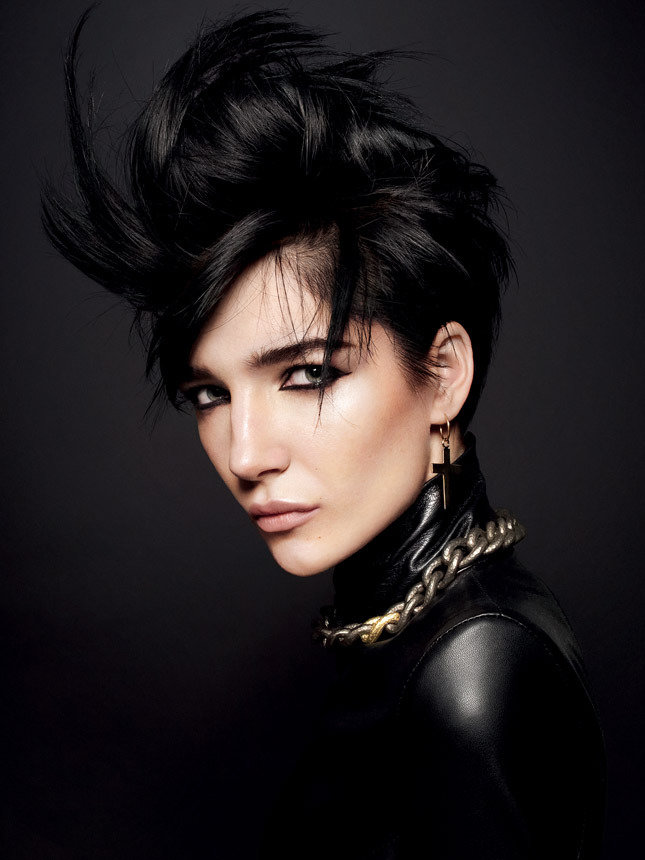 Если волосы коротко острижены, образ лишается одного из важных атрибутов женственности.