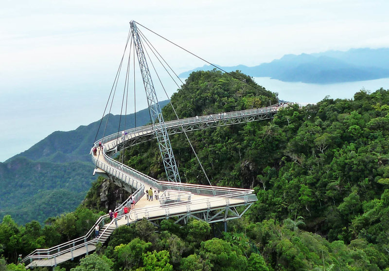 Малазийский остров Лангкави в Малаккском проливе, теперь может привлечь туристов не просто теплым тропическим морем и обширными песчаными пляжами. Не так давно на острове построили мост Langkawi Sky