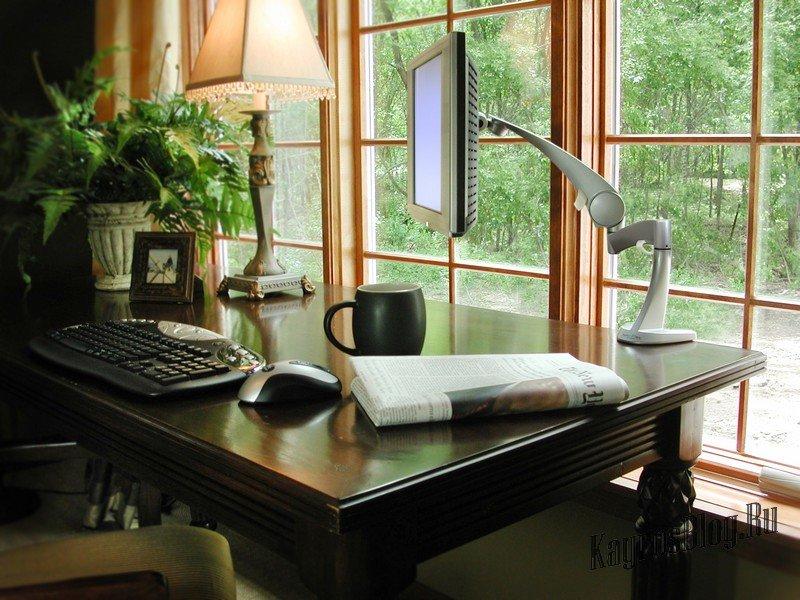 Кабинет в современном стиле можно обставить стеклянными и металлическими предметами мебели. В этом случае будет уместен минимализм.