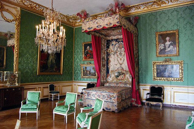 Это очень важно, так как здесь преобладает массивная мебель, которая сужает пространство комнаты. Стиль барокко – это сложные переплетения и спирали, многообразие цветов и украшений – лепнина, роспись и резьба.