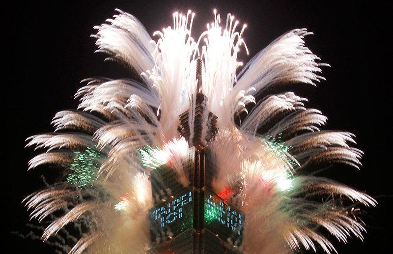 Фейерверки, запущенные 1 января 2012 года с самого высокого небоскреба в Тайпее, Тайвань.