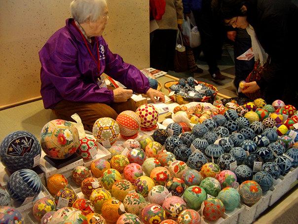 Темари считается японской национальной техникой вышивания на шарах, фото можно посмотреть...