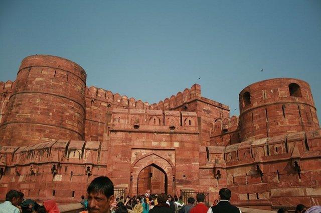 Красный форт - сооружение, которое напоминает собой крепость. Он был построен в городе Агра во времена правления Великих Монголов и служил их резиденцией. Форт построен из красного кирпича, отсюда и получил своё название.  Красный форт, который расположен недалеко от Тадж-Махала и от реки Ямуна, имеет уникальную форму. Он представляет собой полумесяц. Кроме того, данное строение ещё и обнесено дополнительной стеной, служившей защитой от воинственно настроенных соседей. Высота защитной стены приблизительно равна 21 метру. Периметр постройки составляет 2,4 км. Дополнительная стена отлично вписывается в общий экстерьер здания и выполнена из того же материала - красного камня.  Красный форт в настоящее время является не только достопримечательностью Агры, но и культурным памятником индийского народа. В начале 1983 года он был занесён в список Всемирного наследия ЮНЕСКО. Сегодня на территории Красного форта никто не живёт.