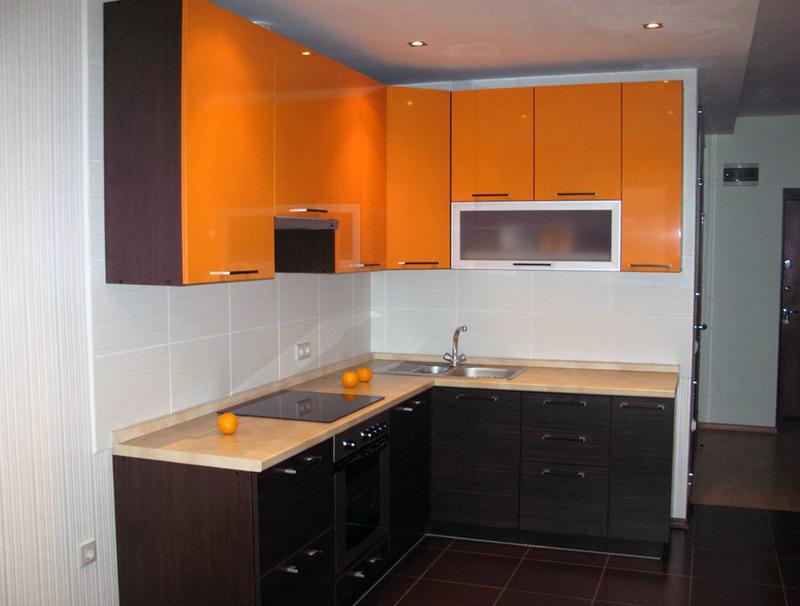 В некоторых случаях удается сместить стену кухни маленькой площади на некоторое количество сантиметров, что для такого помещения уже становится очень актуальным решением. При этом стоит помнить, что стена не должна быть несущей и потребуются специальные разрешения на перепланировку квартиры.