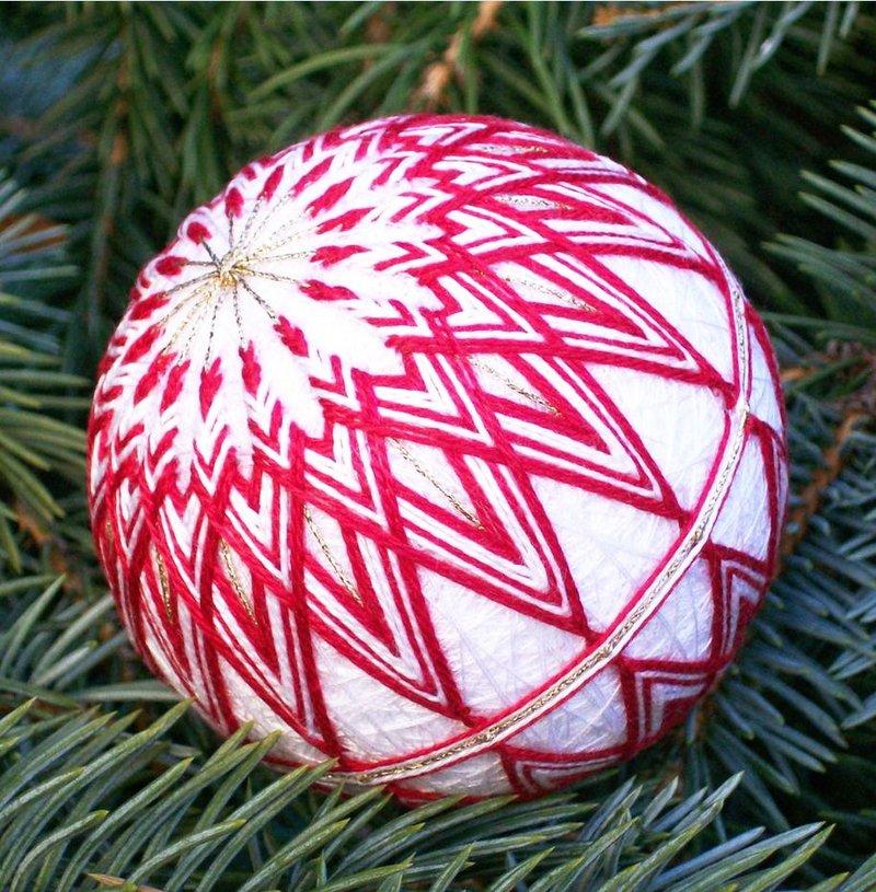 Красно-белый шарик