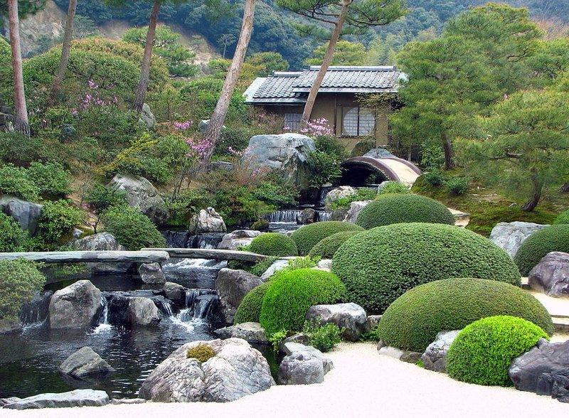 Водопады, холмы, декоративные деревья и кустарники, песок и гравий — все гармонично в японском саду.