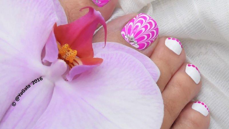 Идея летнего педикюра 2016 - яркий летний вариант дизайна ногтей на ножках, включающий элементы водного арта и слайдер-дизайна, при этом - не пачкающий кожу