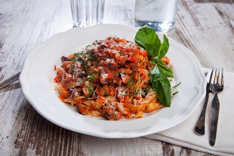 Морепродукты в томатном соусе рецепт с фото