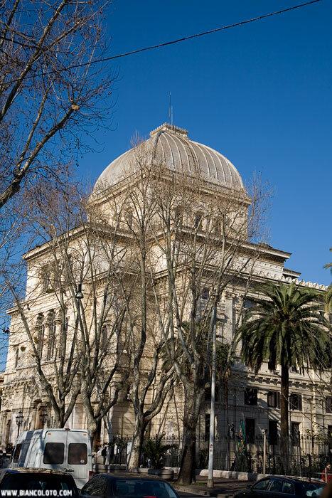 Еврейский квартал, синагога.В 1904 году была закончена постройка новой Синагоги (архитекторы Освальдо Арманни и Винченцо Коста) Она была построена в ассиро-вавилонском стиле.