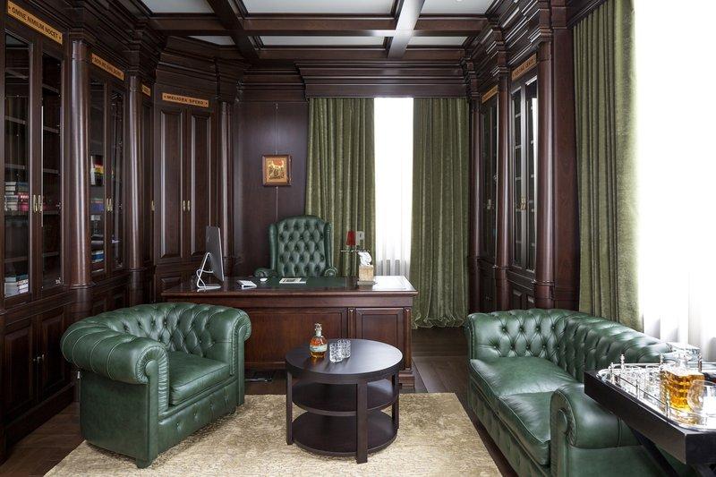 Интерьер домашнего кабинета в классическом английском стиле.