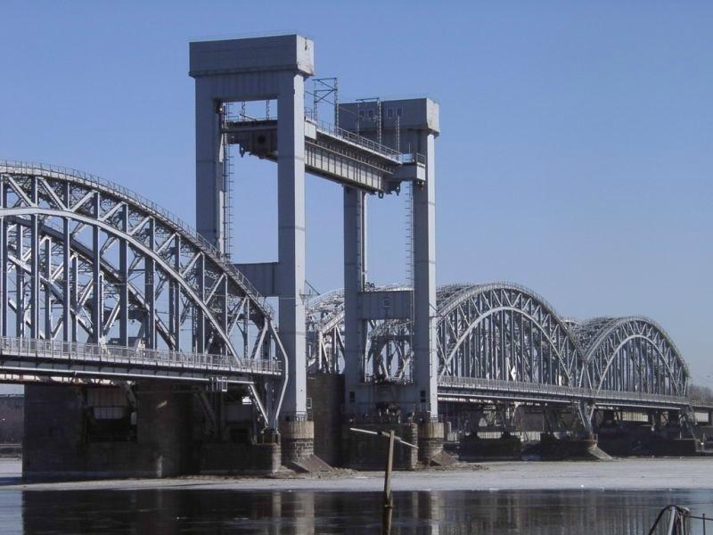 Финляндский железнодорожный мост - единственный мост в границах города, который служит для пропуска только железнодорожных составов, любое другое движение на мосту запрещено. Это важнейший объект Октябрьской железной дороги.
