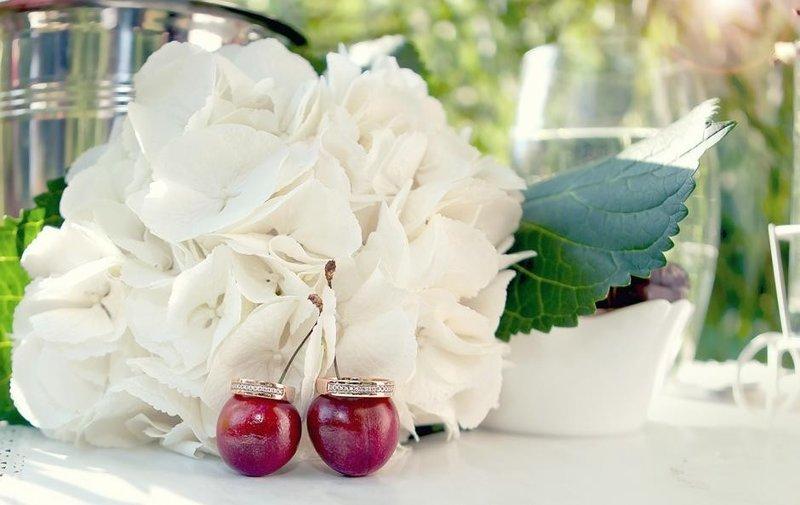Белый оттеняет глубину и яркость вишни и это знают все ценители классики. Но если вам хочется чего-то ещё более необычного, хороши сочетания вишни с золотистым, сливочным, синим.
