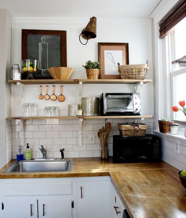 Идея: установите полки на маленькой кухне и все самое нужное всегда будет у вас под рукой