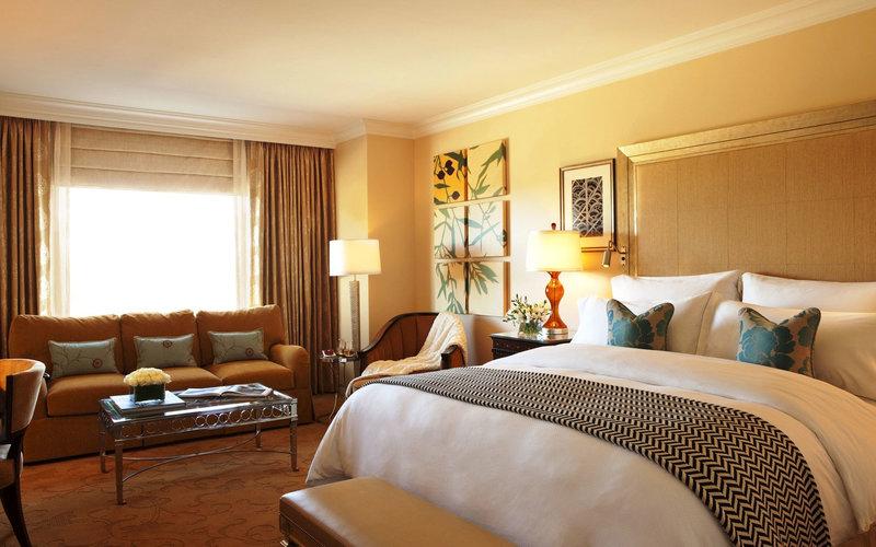 Большую роль в создании привлекательного интерьера комнаты играет декоративное оформление стен. Несмотря на появление новых оригинальных способов отделки помещений, дизайн стен обоями в спальне по-прежнему актуален.