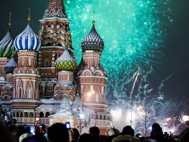 Встречать один из самых любимых российских праздников в столь знаковом месте стало традицией для многих москвичей и гостей города.