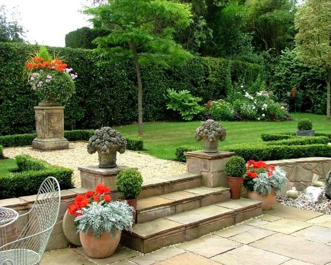 …Симметричные цветочные горшки часто применяются для создания сада в английском стиле.